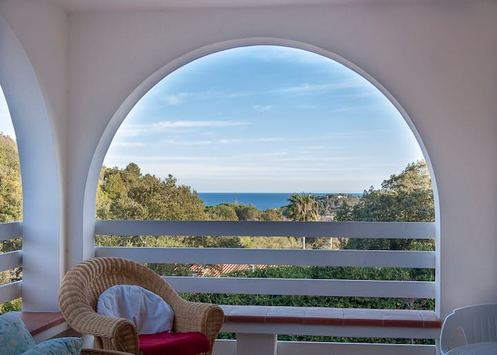 Villa with beautiful seaview and fenced garden in a quiet area