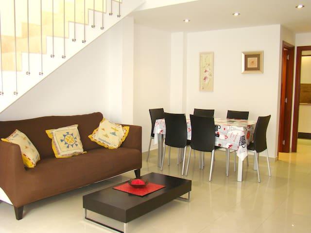 Dúplex semi-nuevo en el casco antiguo - L'Escala - Condominium