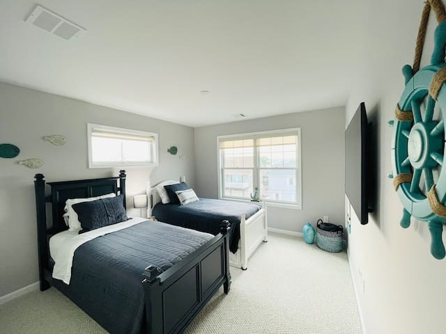 Bedroom with Two Single Beds and Trundle