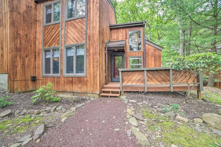 Poconos Home w/Fireplace, 1mi to Big Boulder Ski!