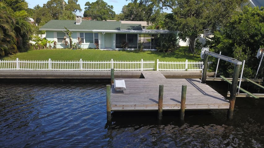 2 Bedrooms, minutes to Anna Maria Island Bring your Boat keep it on your Dock!