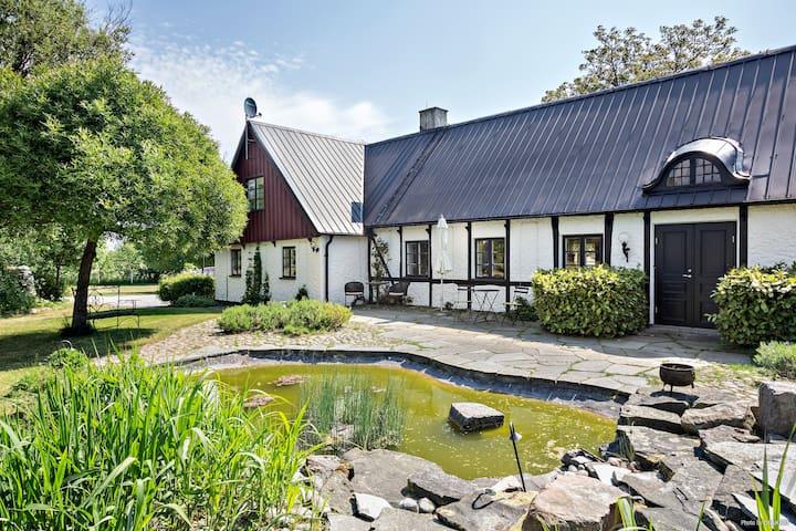 Trivsam lägenhet i genuin fyrlängad skånegård - Borrby
