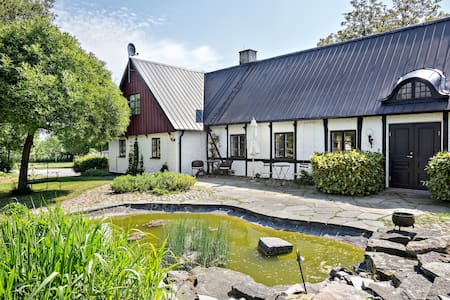 Trivsam lägenhet i genuin fyrlängad skånegård - Borrby - Leilighet