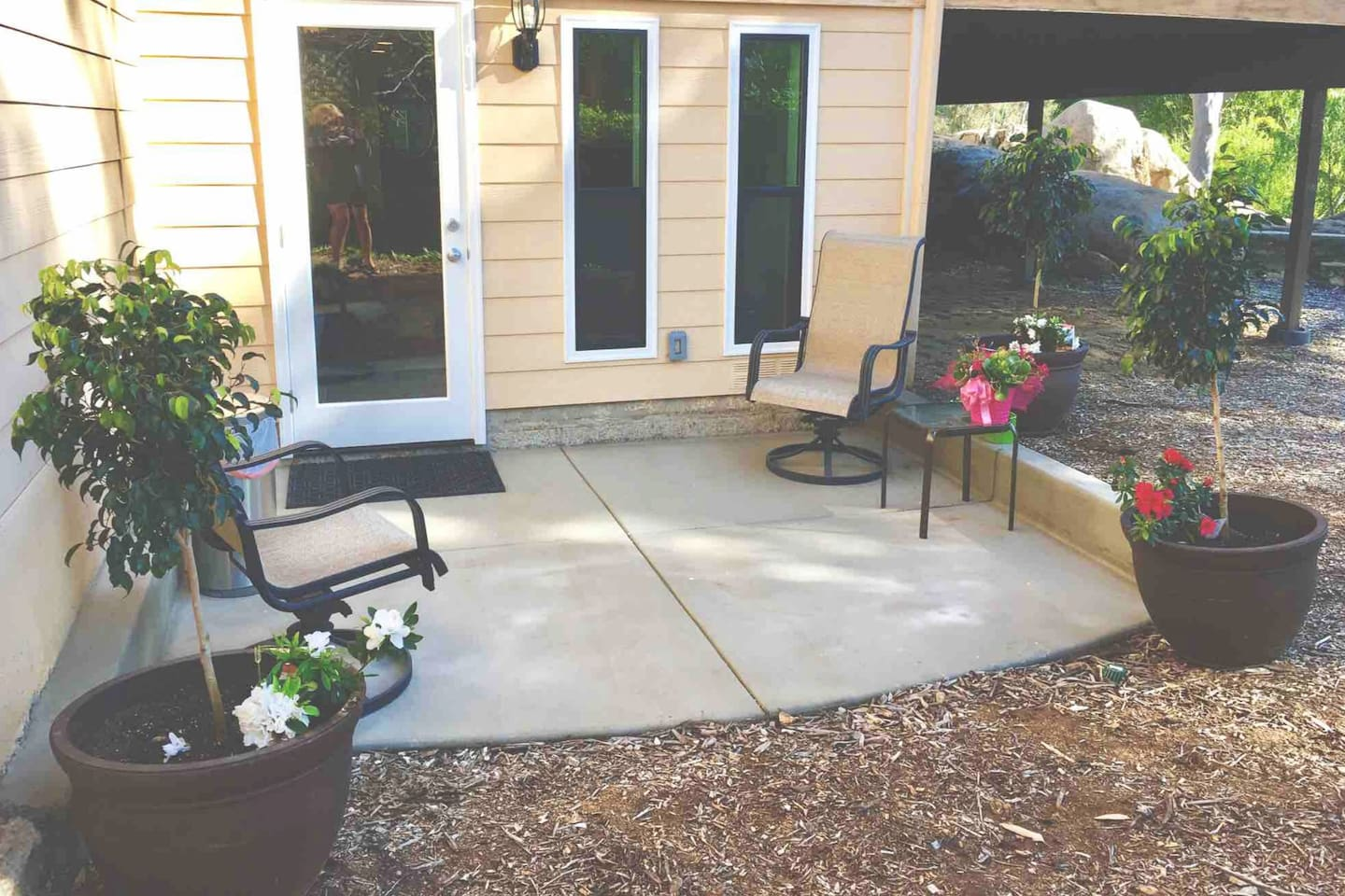 Beautiful guest house studio. All brand new with beautiful private yard and patio.