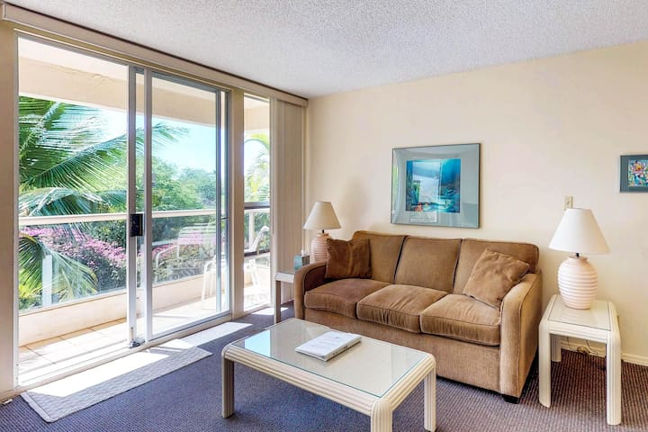 Sunny condo w/ lanai & shared pool, hot tub, tennis & grills - minutes to beach!