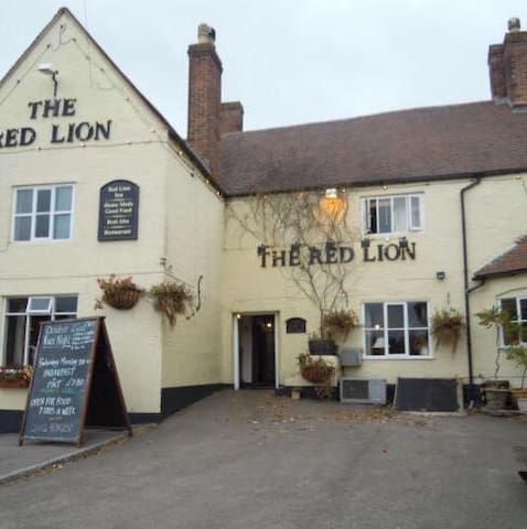 The Red Lion, Huntley