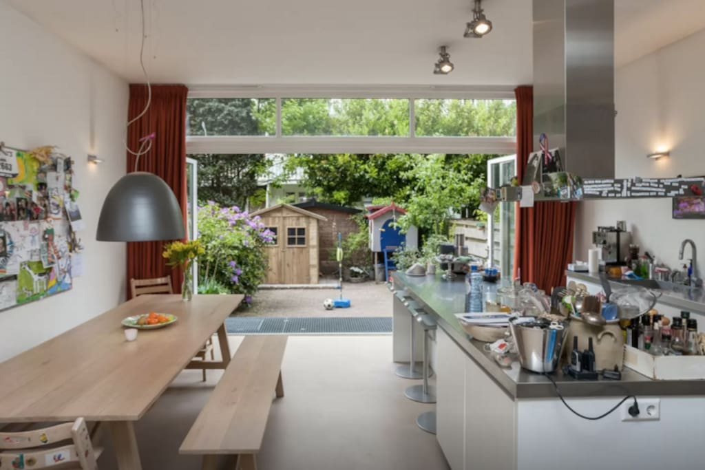 Kitchen with view on the garden.