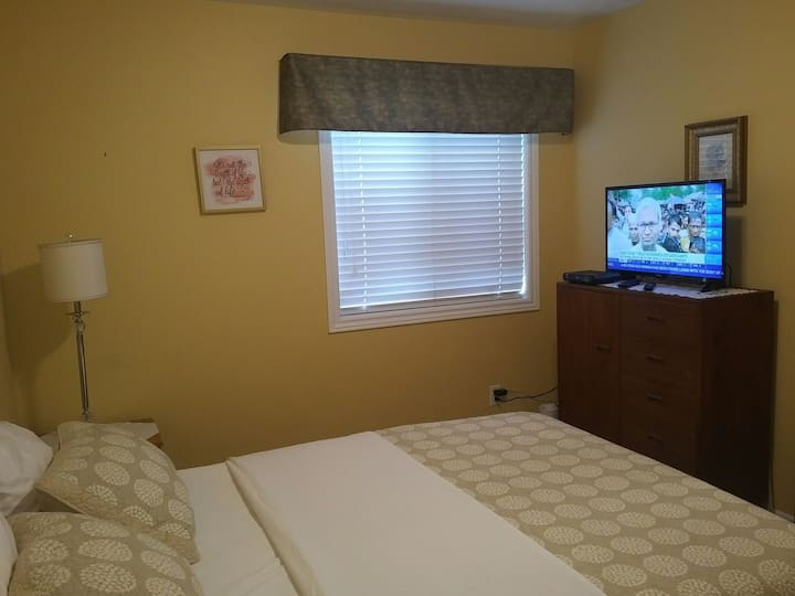 Cozy room near Ottawa Airport, accomodating.
