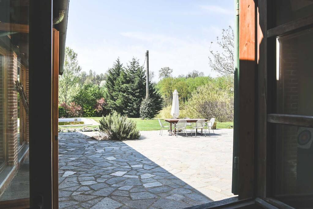 Verso il cortile e la piscina