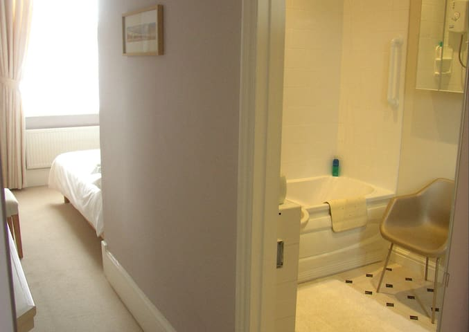 The Norfolk Sands -a comfy en-suite double room. - Hunstanton - Dům