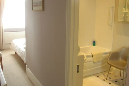 The Norfolk Sands -a comfy en-suite double room. - Hunstanton