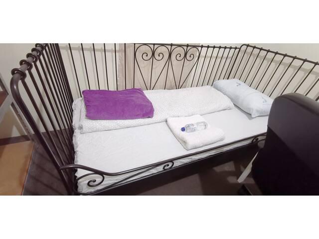 Quiet lockable bedroom for 1 guest