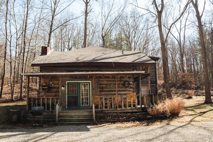 An 1860'S original log cabin close to downtown Nashville!