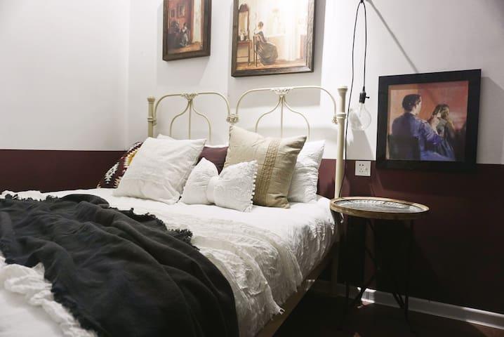 「梅子黄时雨」入住法式复古舒适住宅 | 位置最佳——火车站100米地铁300米 | 栈桥中山路劈柴院