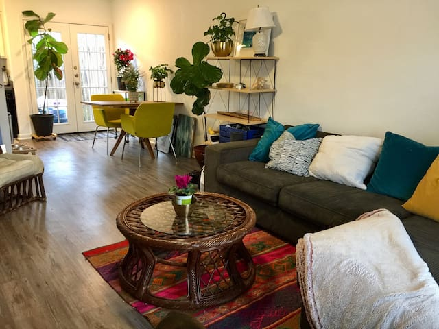Cozy, Bright Room in Townhouse in Heart of Austin