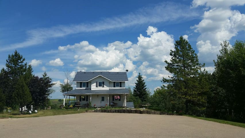 Spacious Country Home 15 minutes from Red Deer - Red Deer - Ház