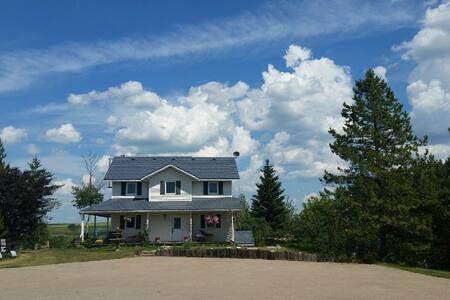 Spacious Country Home 15 minutes from Red Deer - Red Deer - 独立屋