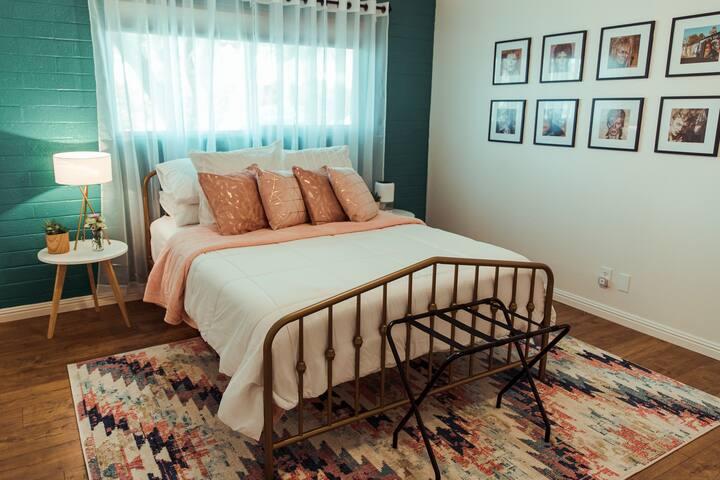 1 bedroom w Queen Bed