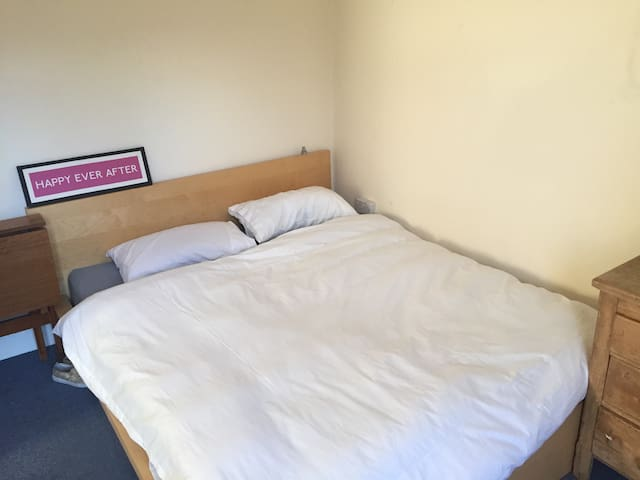 Warm and cosy large bedroom - Dundee - Apartment