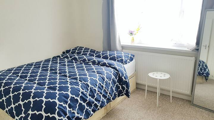 Cosey private double bedroom in Luton town