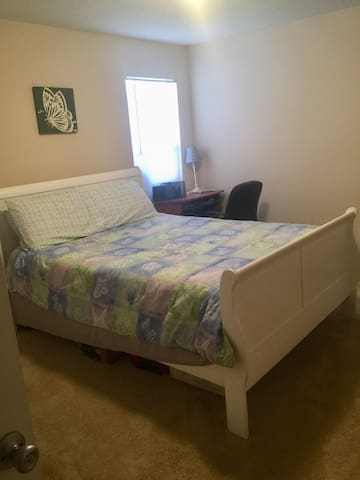 Private room, mins from Suntrust Park & Cumberland