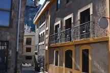"""""""Habitaciones"""" y """"Apartamentos Turísticos"""" en el centro del pueblo."""