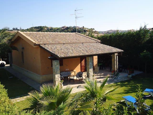 Villa Smeralda private garden, front beach, WIFI - Piana Calzata - Villa