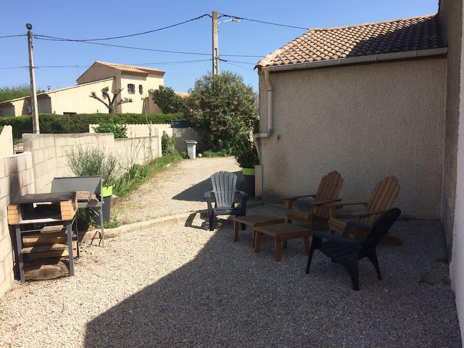 Plancha maison, coin apéro, terrain de pétanque derrière
