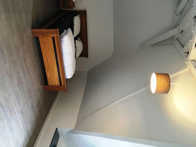 Chambre 2: - lit 140/200 - bureau - dressing