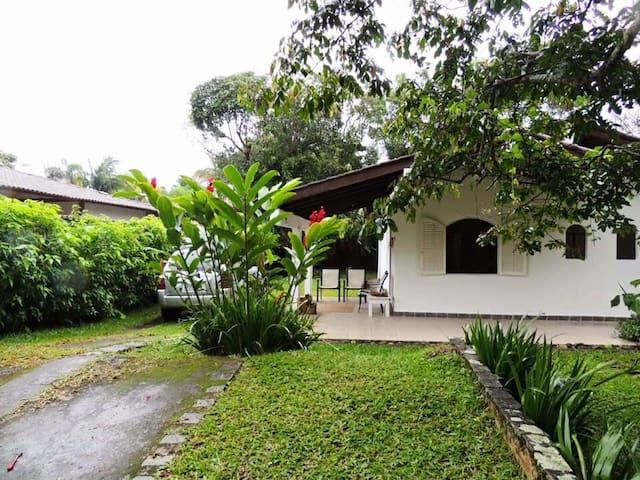 Casa aconchegante em Camburizinho a 350m da praia