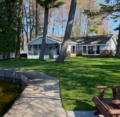 Romslig Lake Mitchell Cottage - 165 ft frontage!