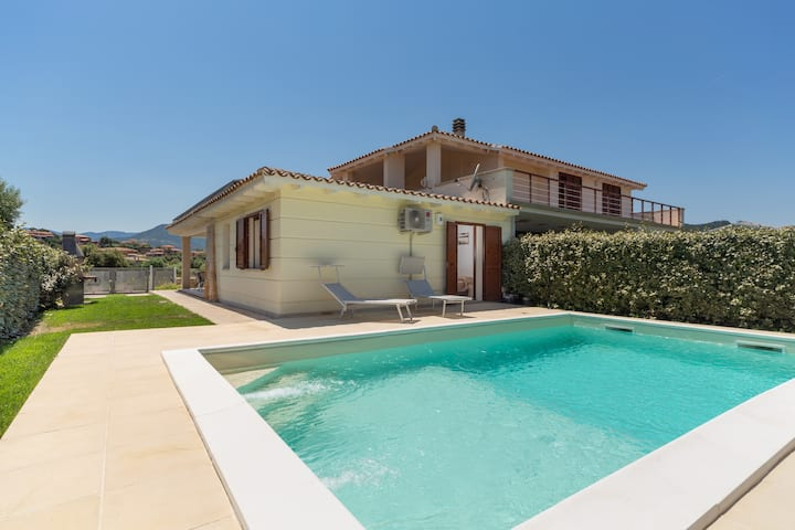 Central Holiday Home with Wi-Fi, Air Conditioning & Pool; Parking Available, Pets Allowed