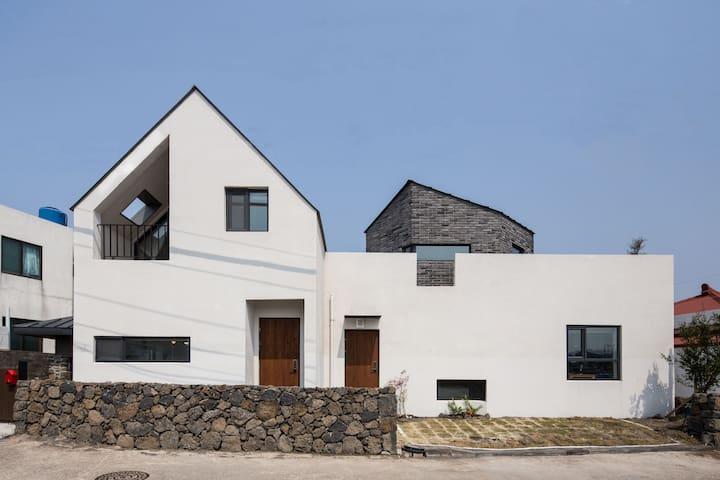 바다앞 돌집과 잔디마당, 하루앤하루:돌집 haru n haru  stone house