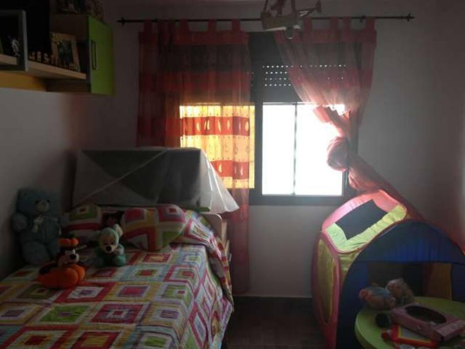 Dormitorio con dos camas de 90, la inferior extraible.
