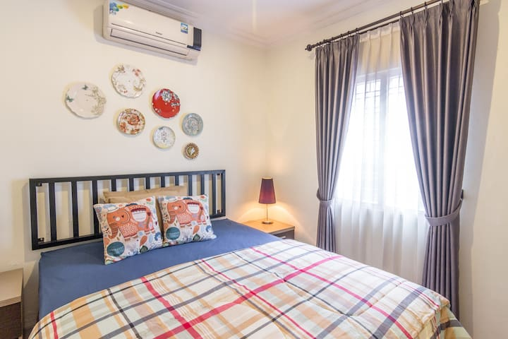 this room equipped with a double bed and an AC