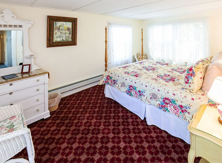 Cranberry Isles Room - Elmhurst Inn