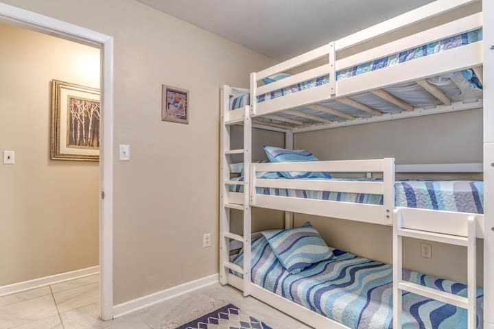 ☀ Triple Bunk Beds! Great for Families-30 day min☀