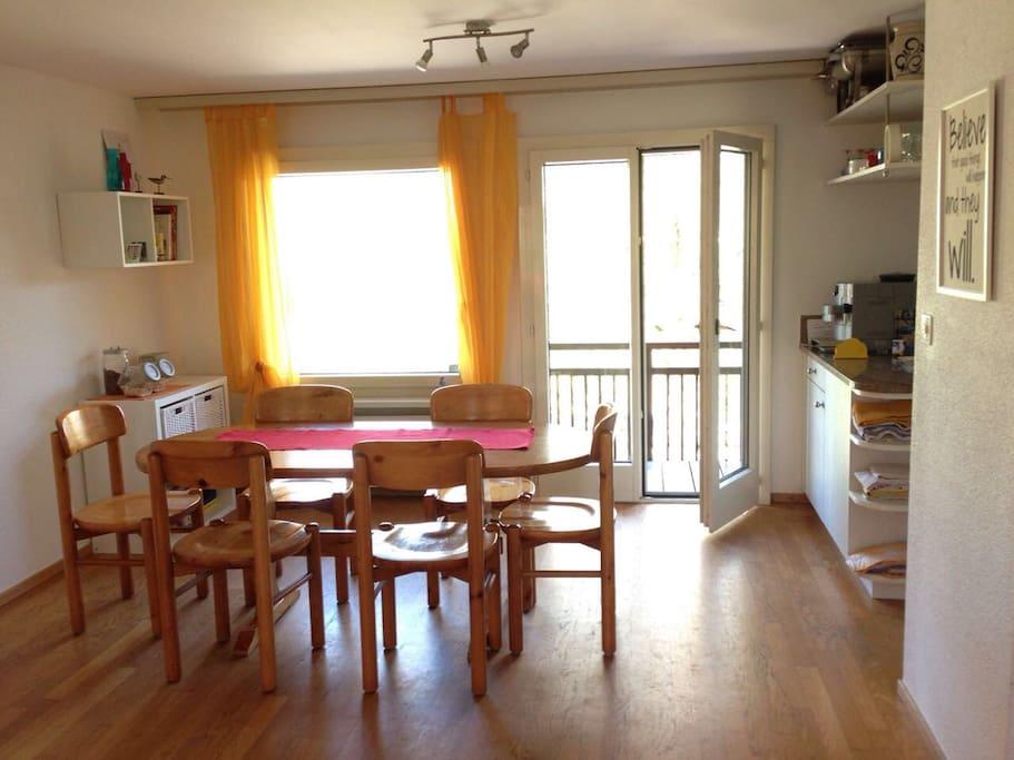 Essbereich mit Küche und Kaffeemaschine
