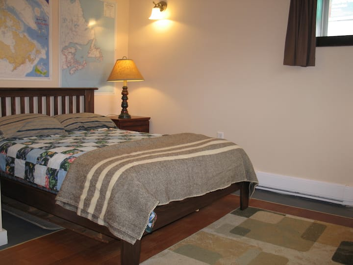 Double bed with private bath in Sydney NS