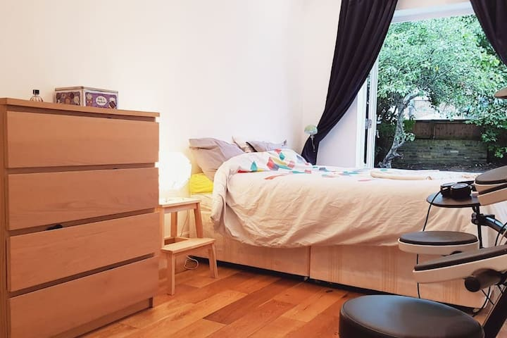 Big bedroom with private garden, 5 min from metro