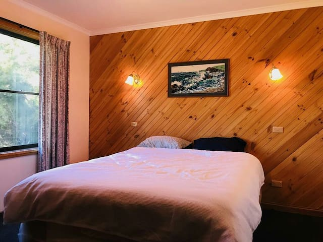 Binalong Bay Homestay. No. 5 Felmingham St.
