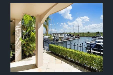 Waterfront Townhouse 2 bed / 2 bath - Hope Island