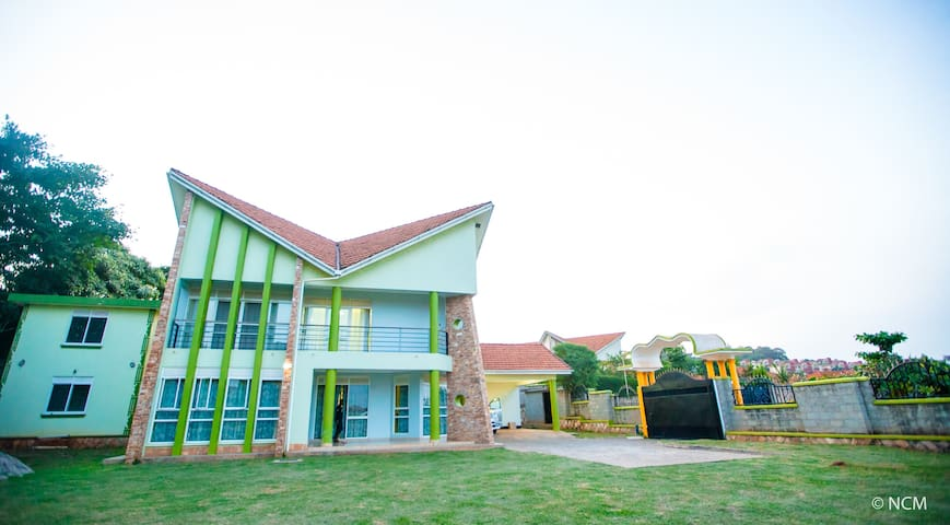 the cosy lime house lubowa