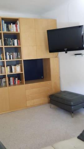 Studio con TV e poltrona letto singolo