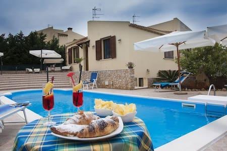 Villa Cornino  piscina e spiaggia - Scurati - วิลล่า