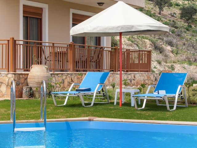 Family friendly Villa with private pool - Triopetra - Huoneisto