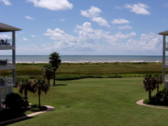 3/2 condo w/beach toys!!  Steps from Beach Club!