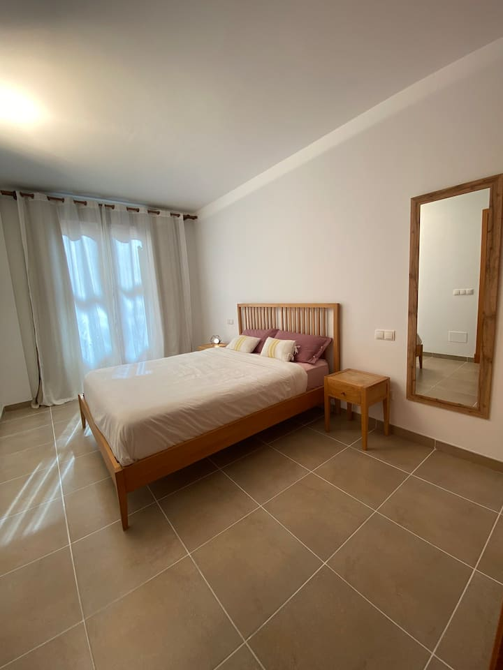 Room w/ PRIVATE BathRooM and ParkinG on PremiseS
