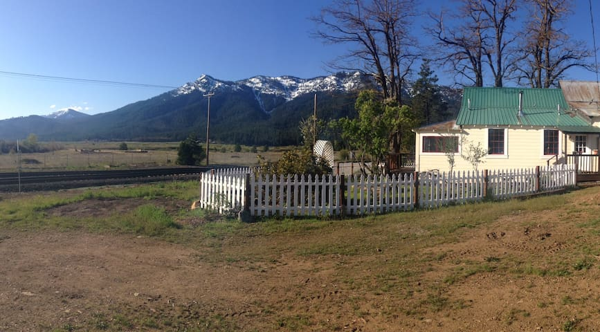The Railway Cottage (with AMAZING mountain views)