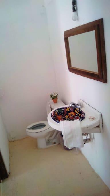 Vista del lavabo y WC de la habitación 7
